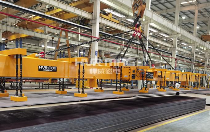 比亚迪钢结构厂,电永磁磁力吊具搬运超长钢板