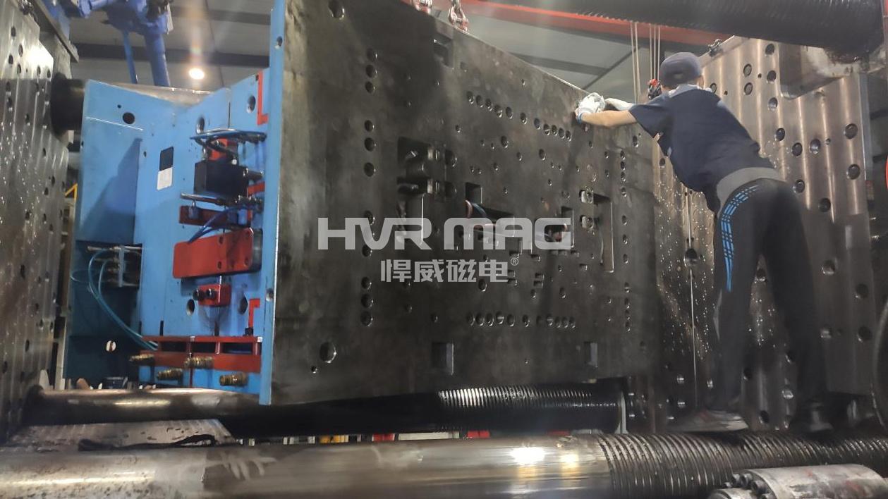 这是2300吨注塑机 磁力快速换模现场,场面震撼